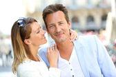 ζευγάρι στην πόλη αγκαλιάζει — Foto de Stock