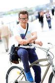 Homme à vélo — Photo