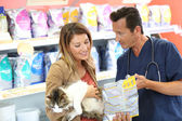 Veterinarian showing pet food — Stock Photo