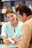 Apotheker geven van advies aan klant — Stockfoto