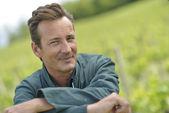 Viticulteur s'est penché sur la clôture dans le vignoble — Photo