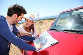 Paret tittar på karta — Stockfoto