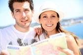 Tourists reading map — Stock Photo