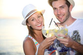 Couple with cocktail drinks — Stock Photo