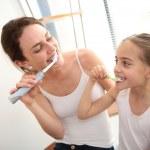 Mother teaching girl brush teeth — Foto Stock