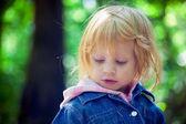 在公园里的小女孩画像。 — 图库照片