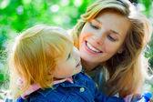 Madre jugando con su hija — Foto de Stock