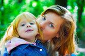 Mutter mit ihrer tochter spielen — Stockfoto