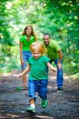 Park içinde mutlu bir aile portresi — Stok fotoğraf