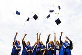 Skupina happy mladých absolventů — Stock fotografie