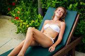 Vacker ung kvinna avkopplande på solarium — Stockfoto