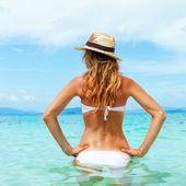 Beautiful young woman in bikini on the sunny tropical beach rela — Stock Photo