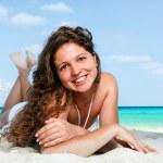 Porträt einer glückliche junge Frau posiert am Strand — Stockfoto
