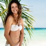 portrét šťastné mladé ženy pózuje na pláži — Stock fotografie