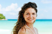 在海滩上构成快乐年轻女子肖像 — 图库照片
