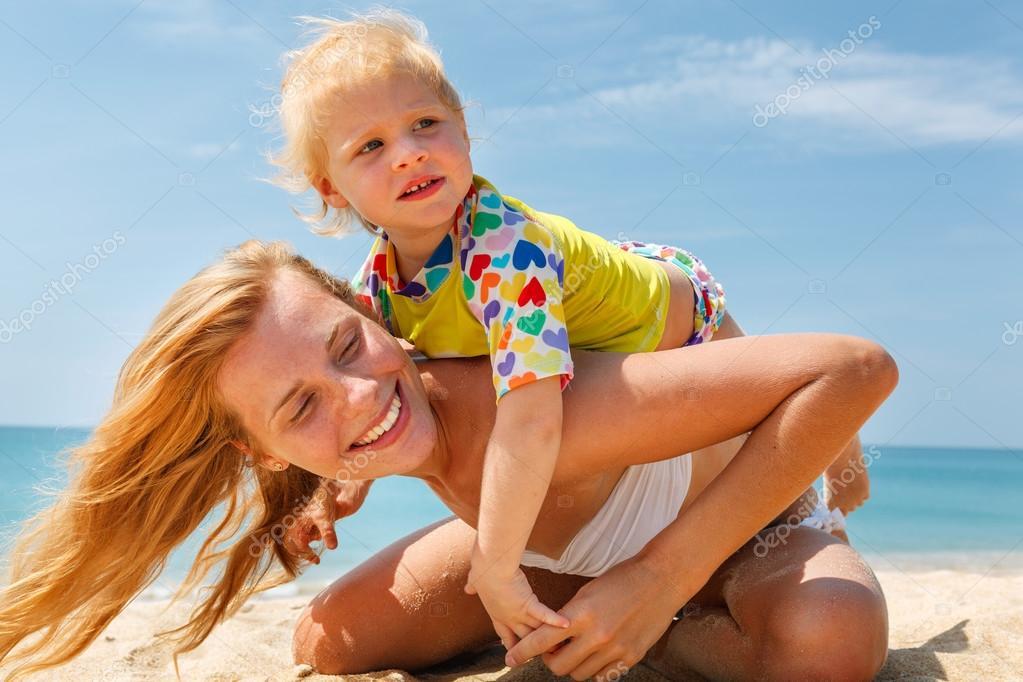 母亲与海滩上的小宝宝– 图库图片