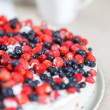 Tart with strawberries and blueberries — 图库照片