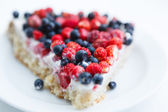 Tart with strawberries and blueberries — Stockfoto