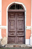 Old weathered wooden main door. — Foto de Stock