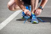 Zawodnik próbuje buty do biegania przygotowuje się do uruchomienia. — Zdjęcie stockowe