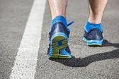Běžec nohy běží na stadionu záběr na boty. — Stock fotografie