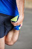 Mężczyzna biegacz rozciągania przed treningiem. — Zdjęcie stockowe