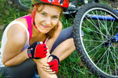Young woman fell off mountain bike. — Stock Photo