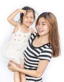счастливый азиатских маленькая девочка со своей матерью. — Стоковое фото