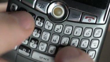 Mannelijke hand met grijze mobiele telefoon — Stockvideo