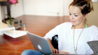 Young woman with laptop at home — Stok video