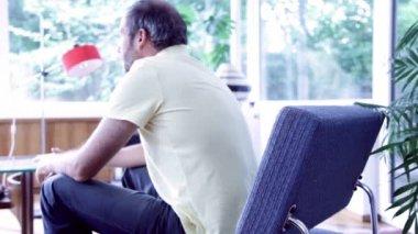 Adam evde rahatlatıcı — Stok video