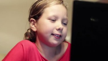 A young girl talk to her father via internet chat — Stock Video