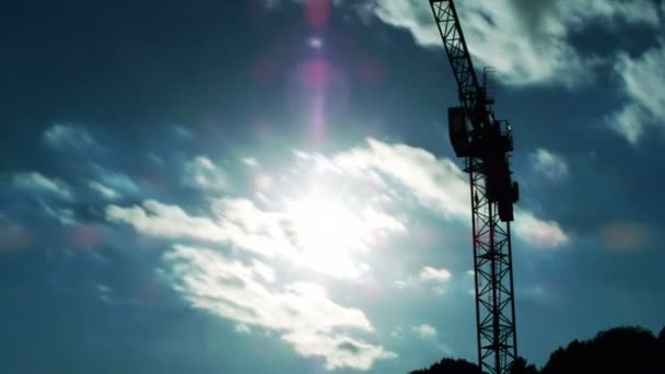 De la grúa en las nubes (timelapse) — Vídeo de stock