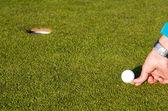 Golf yeşil koyarak — Stok fotoğraf