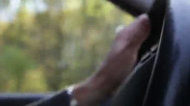 Hand am lenkrad — Stockvideo