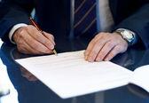 Bir sözleşme imzalamadan bir işadamı yakın çekim. — Stok fotoğraf