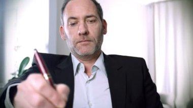 Empresario algo escribir con un bolígrafo — Vídeo de Stock