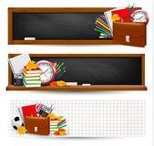 Torna a scuola tre striscioni con materiale scolastico e foglie di autunno — Vettoriale Stock