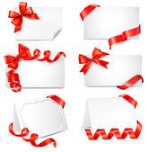 набор красивых карт с бантами подарок красное с лентами. вектор — Cтоковый вектор