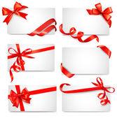 Uppsättning kort anteckningar med röda gåva bågar med band vektor — Stockvektor