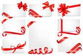 Conjunto de cartões bonitos com arcos de presente vermelho com fitas — Vetorial Stock