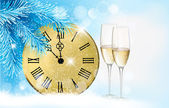Holiday blue background with champagne glasses and clock . Vecto — Stock vektor