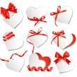 uppsättning vackra presentkort med röda gåva bågar och hjärtan. Valenti — Stockvektor