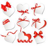 σύνολο όμορφο δώρο κάρτες με κόκκινο δώρο τόξα και καρδιές. βάλεν — Διανυσματικό Αρχείο