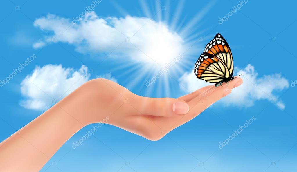 Mão segurando uma borboleta contra um céu azul e sol ...