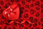 Heart-shaped gift box on rose background. Vector. — Vector de stock