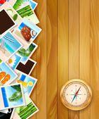 фотографии путешествий и компас на фоне древесины. векторная illustratio — Cтоковый вектор