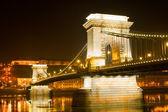 Ponte da cadeia de budapeste durante a noite, hungria — Foto Stock