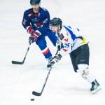 Hockey players compete during the Steaua Rangers(blue) vs Corona Brasov(white) — Stock Photo