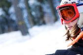 Giovane ragazza con lo snowboard in legno — Foto Stock